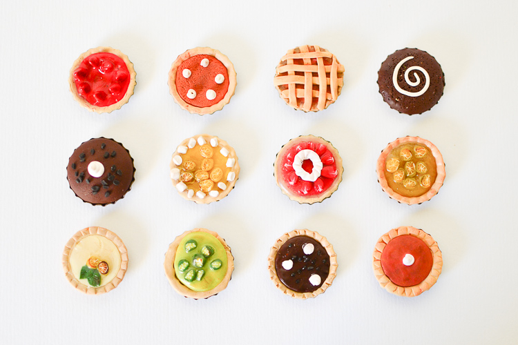 Make Miniature Pies with Kids: This polymer clay and bottle caps craft makes for a fun DIY project to use in doll houses, give away as homemade party favours and gifts!
